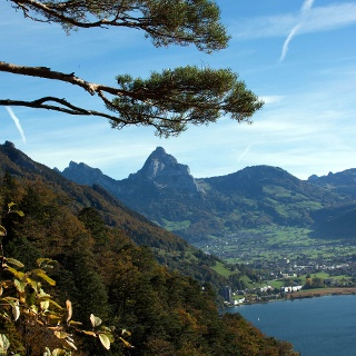Sicht vom Waldstätterweg zurück auf Brunnen mit den Mythen.