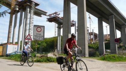 Ein Riesenbrückenbauwerk überquert unsere Talstrecke.