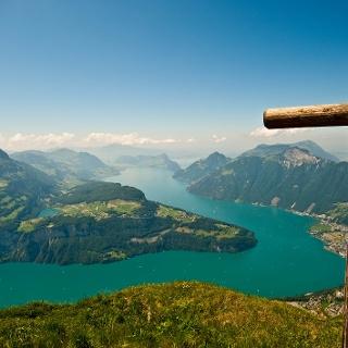 Gipfelkreuz mit Blick auf den Urner- und Vierwaldstättersee. Links Seesliberg mit See, rechts das Rigi Massiv.