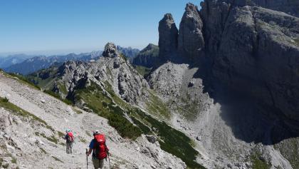 Abstieg von der Forcella dell'Inferno, voraus der Passo del Mus und der Felsturm des Torrione Comici