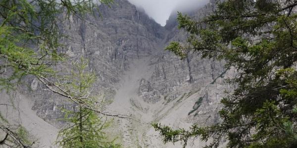 Beim Aufstieg durch das Val Pra di Toro zeigt sich die steile und unangenehm zu begehende Forcella Montanaia