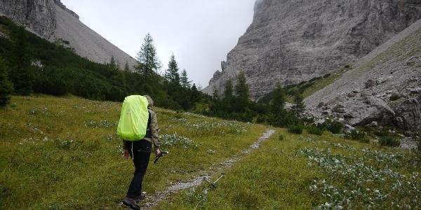 Unterhalb den senkrechten Felswänden der Cridola-Gipfel führt der Weg in Richtung Forcella Scodavacca