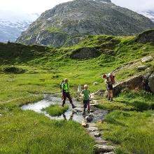 Der Aufstieg zur Mörchnerscharte verläuft bis zum Schwarzsee auf Almwiesen