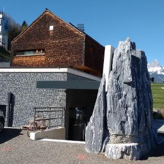 Besucherzentrum mit Österreich Haus und Paul Außerleitner Schanze im Hintergrund