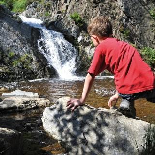 Ein Wasserfall und ein Canyoner schwarze Fluss