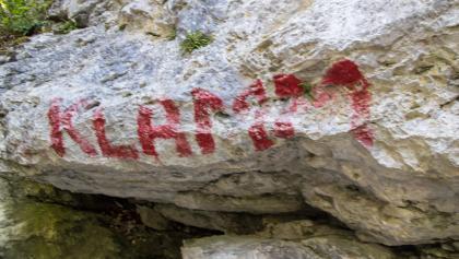 Entlang der roten Markierung folgen wir dem ausgetrockneten Flussbett.