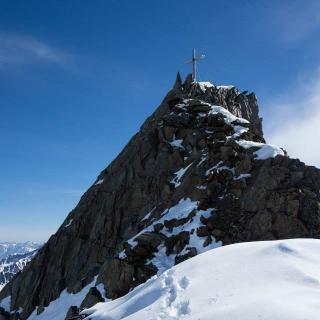 Der schöne Blockgrat führt noch vollends zum Gipfel der Hinteren Schwärze.