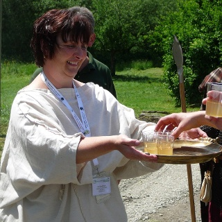 Limes-Cicerona reicht römischen Würzwein im Rahmen einer Führung an Besucher