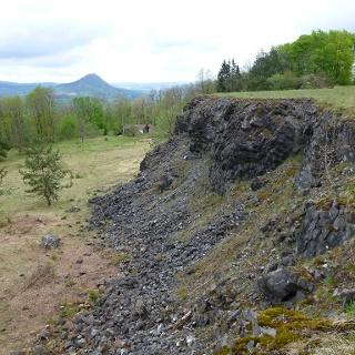 Basaltbruch unter dem Hohenstoffeln mit Blick zum Hohenhewen