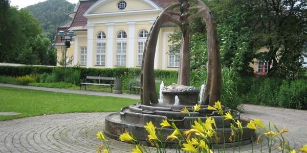Pfarrheim mit Brunnen in Pernitz