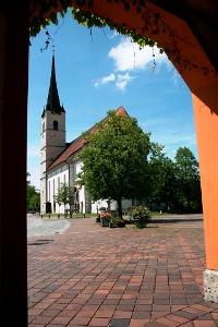 Blick auf den Halfinger Dorfplatz und Kirche