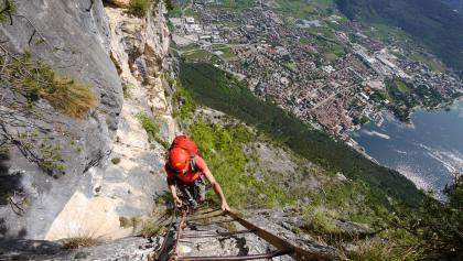 Über eine lange Leiter geht es zum Gipfel