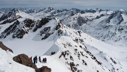 Blick vom Gipfel der Fineilspitze Richtung Nordost, im Hintergrund Sennkogel und Talleitspitze