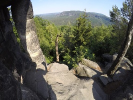 Foto  Auf dem Gipfel der Hohen Liebe - im Hintergrund die Affensteine