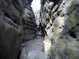 Foto Zwischen den Felsspalten der Kleinsteinhöhle