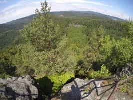 Foto Blick vom Großen Pohlshorn - ganz hinten mittig der Kleinstein mit der Kleinsteinhöhle  (kleiner schwarzer Fleck im Fels)