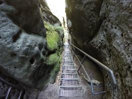 Foto Die steile Treppe durch die Schlucht auf dem Weg zur Schrammsteinaussicht