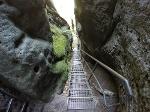 Foto Die steile Treppe durch die kaminartige Schlucht auf dem Weg zur Schrammsteinaussicht