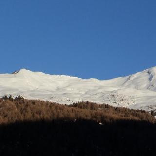 Breits vom Parkplatz oberhalb des Dorfes Ortisé kann man die schöne Rampe des Cima Vegaia bewundern (Rechts der Bildmitte)