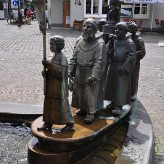 pilgergruppe am Brunnen vor der Wallfahrtbasilika in Wer.
