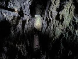 Foto Blick in die Tiefen der Schwedenhöhle - unter dem Block geht es hinein in die 15 m lange Höhle