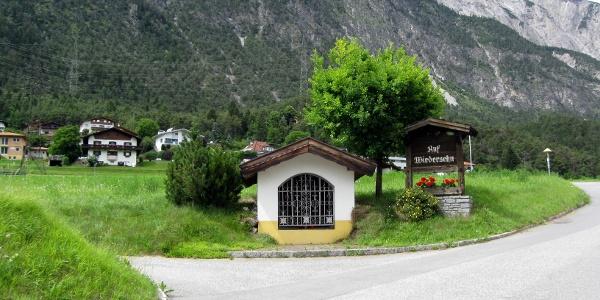 Bei dieser Kapelle am Ortsende von Roppen biegt man links ab in die Felder.