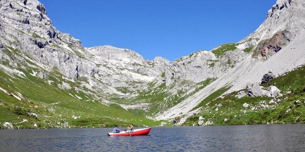 Auf dem Partnunsee können 2 Boote ausgeliehen werden