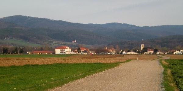 Lanzenkirchen vor dem Hintergrund des Rosaliengebirges