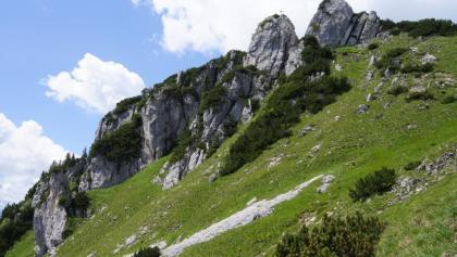 Rückblick beim Abstiegsweg zum felsigen Gipfel der Lacherspitze