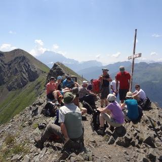 Am Gipfel der Punta Sief (2.425 m). Dahinter das Gipfelkreuz des Col di Lana (2.465 m) und die Civetta (3.220 m)