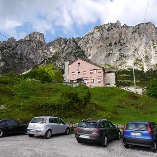 Direkt unterhalb des Rifugios ist ein kleiner Parkplatz