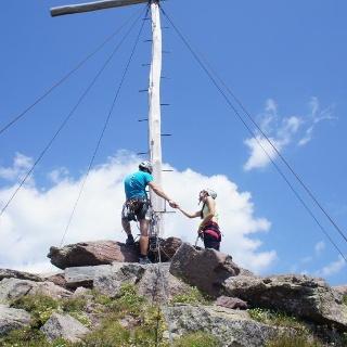 Am Ausstieg beim Gipfelkreuz der Sarner Scharte