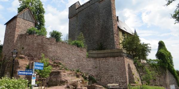 Das Schloss Berneck mit seiner Schildmauer