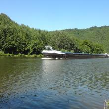 Lastkahn flussabwärts in der Nähe der Saarschleife bei Mettlach