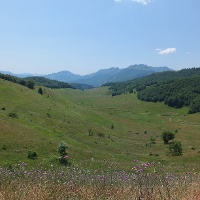 Das langgezogene Tal und der Fluss Studeni Potok