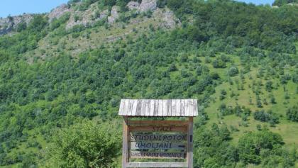 Schilder weisen den Weg nach Umoljani