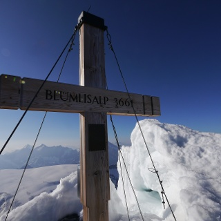Das Gipfelkreuz des Blüemlisalphorns ragt aus dem Schnee
