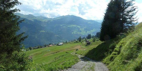 Vorbei am 'Tüfelstein' oberhalb Pany