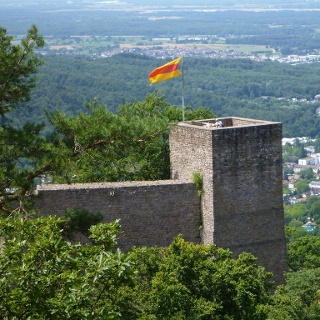 Blick von der Ritterplatte auf das Schloss Hohenbaden mit der Rheinebene im Hintergrund