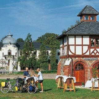 Radurlauber rasten am Gutshaus Blücherhof