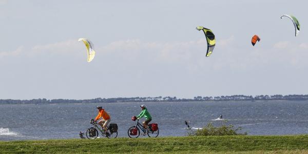 Radfahrer auf der Insel Ummanz bei Rügen