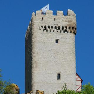 Der Bergfried von Burg Olbrück.