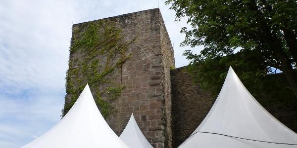 Biergarten und Turm der Burg Alt Eberstein