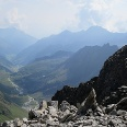 Das Gipfelkreuz des Aperen Turm, links davon das Alpeiner Tal mit dem Aufstieg.