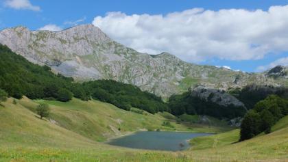 Der Orlovacko Lake vor imposanter Bergkulisse