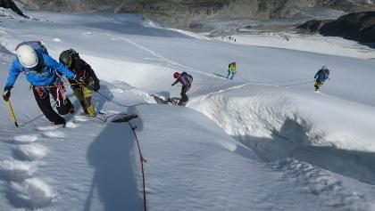 Über den Bergschrund unterhalb des Westgrates finden wir eine schmale Schneebrücke.