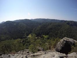 Foto Aussicht vom Großen Teichstein (413 m) - unten das Zeughaus (Einkehr möglich)