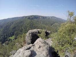 Foto Auf dem Großen Teichstein (413 m) - Aussicht in Richtung Hinteres Raubschloss, kleiner Winterberg und zu den Affensteinen ( alle rechte Bildhälfte)