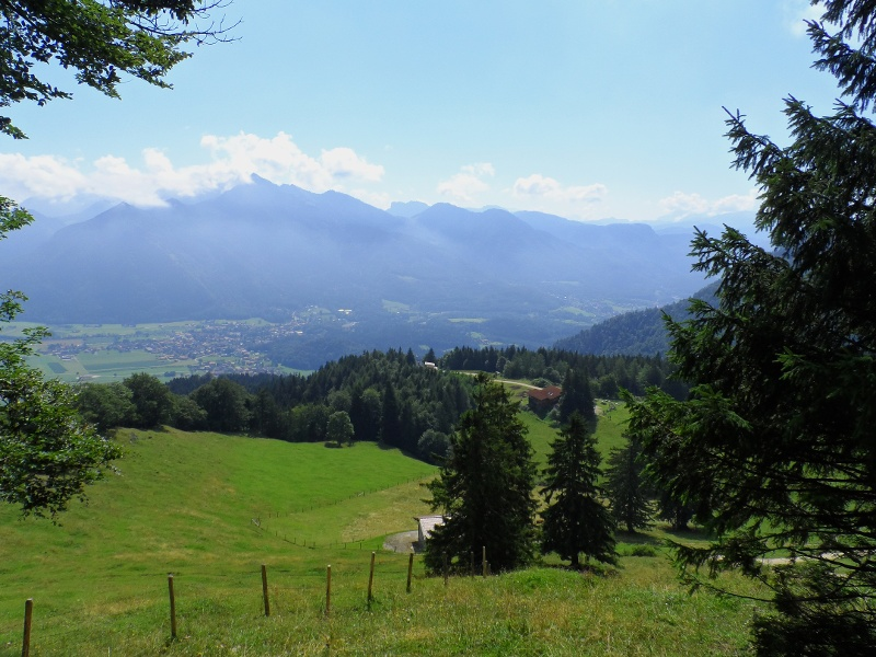 Ausblick auf die Staffn-Alm (Im Hintergrund Marquartstein und Hochgern)