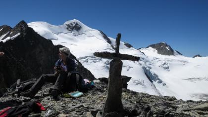 Der Gipfel der Hohen Wände, Gipfelkreuz selbstgebaut. Im Hintergrund die Wildspitze